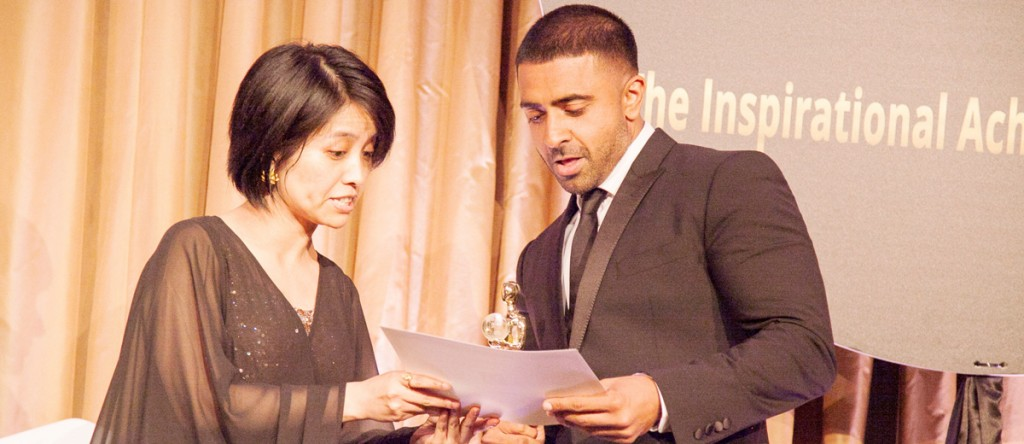 Singer-Jay-Sean-receiving-award-by-Star-TV-Executive