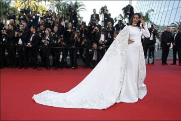 """Actress Sonam Kapoor poses on the red carpet as she arrives for the screening of the film """"Mal de pierres"""" (From the Land of the Moon) in competition at the 69th Cannes Film Festival in Cannes, France, May 15, 2016.        REUTERS/Eric Gaillard"""