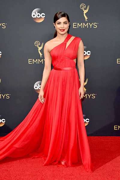 quantico-star-priyanka-chopra-turned-presenter-at-68th-emmy-awards-201609-798102