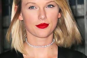 taylor-swift-red-lips-blonde-hair-spl-ftr