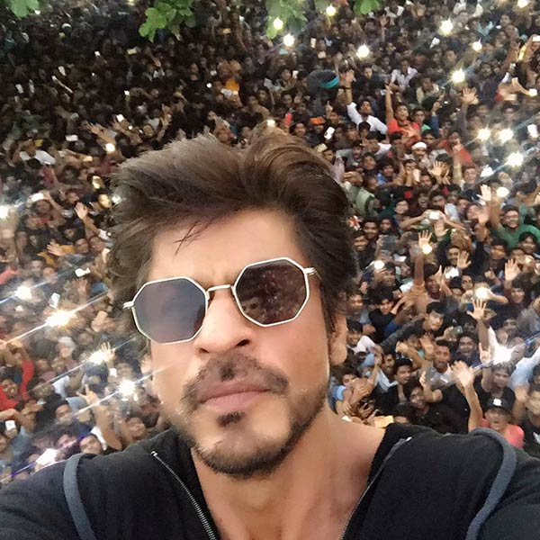 after-spending-time-with-his-family-and-friends-in-alibaug-shah-rukh-khan-met-his-fans-in-mumbai-201611-825868