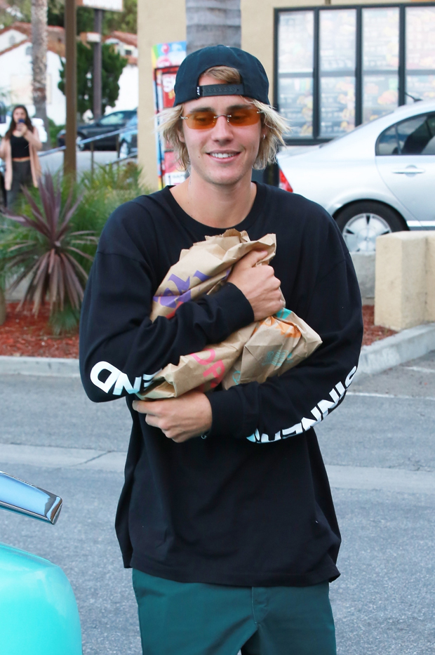 justin-bieber-womens-room-taco-bell-embed-2