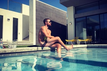 arrow-star-stephen-amell-gets-completely-naked-for-hot-new-poolside-pic-ftr