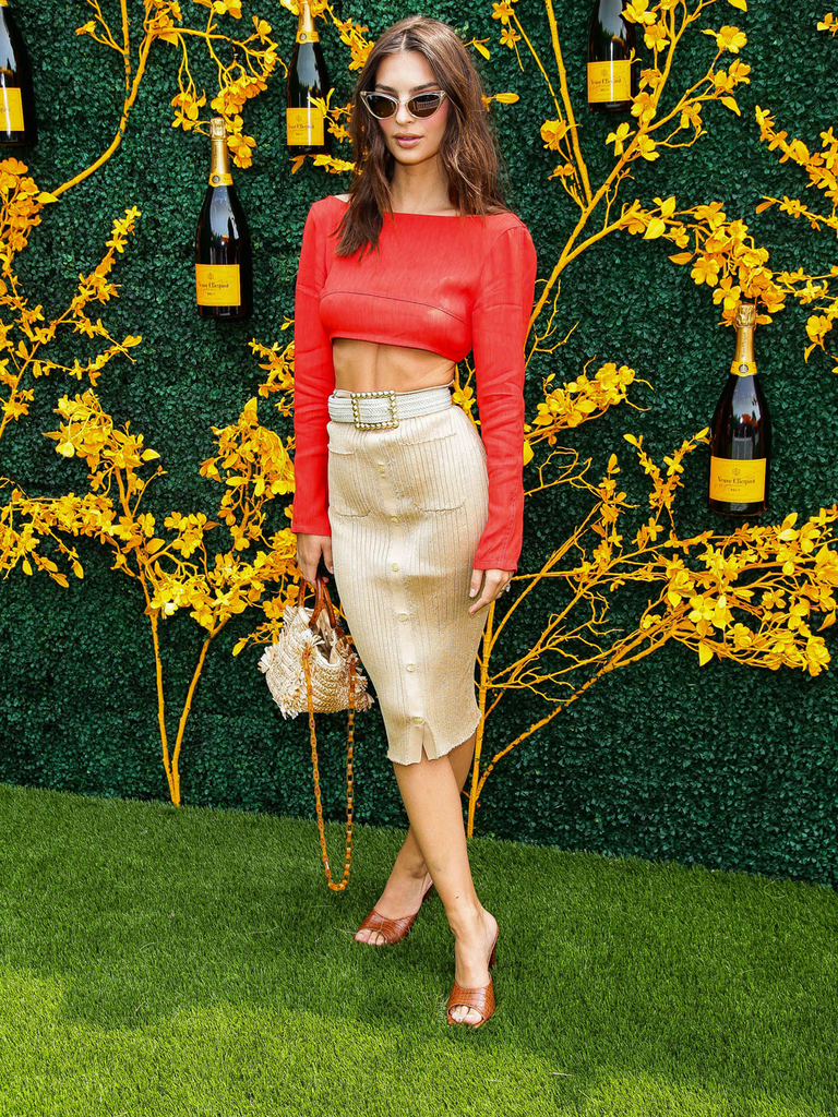 emily-ratajkowski-shows-off-her-toned-abs-in-sexy-red-crop-top-tight-skirt-gallery