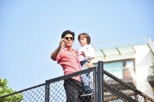 shah-rukh-khan-greets-fans-outside-mannat-on-his-birthday 154115584720